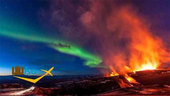 منظره زیبا از آتش فشان و شفق قطبی در ایسلند