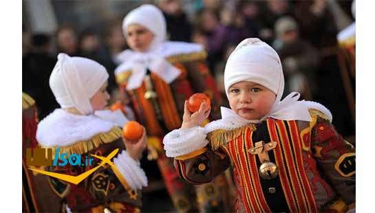 فرهنگ بلژیک ( یکی از کودکان در حال پرتاب پرتغال در کارناوال شادی